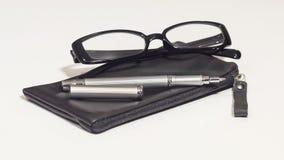 Schwarze Gläser, Lederabdeckung und Metallstift Lizenzfreie Stockbilder