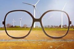 Schwarze Gläser mit Wind dreht herein den Hintergrund Stockfoto