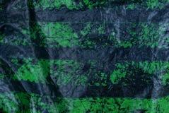 Schwarze grüne Plastikbeschaffenheit von einem Stück schäbigem Zellophan lizenzfreie stockfotos