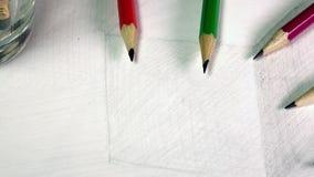 Schwarze grafische Bleistifte auf einer Skizze der Zeichnung eines Würfels stock footage