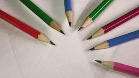 Schwarze grafische Bleistifte auf einer Skizze der Zeichnung eines Würfels stock video footage