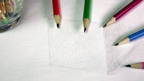 Schwarze grafische Bleistifte auf einer Skizze der Zeichnung eines Würfels stock video