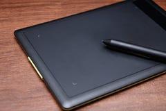 Schwarze grafische Tablette mit einer Griffelnahaufnahme lizenzfreie stockfotos
