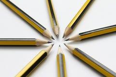 Schwarze Graphitbleistifte auf weißem Hintergrund Studentenschulbedarfhintergrund Wie eine Suppe befestigt Selektiver Fokus write lizenzfreies stockbild