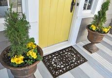 Schwarze Gummischaber-Boden-Mat Indoor Outdoor-Türmatte außerhalb des Hauses mit gelben Blumen und Blättern lizenzfreie stockfotografie