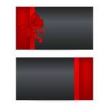 Schwarze Gutscheine mit roten Bändern Stockbilder
