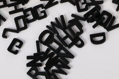 Schwarze hölzerne Buchstaben im Studio Lizenzfreie Stockbilder