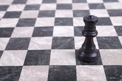 Schwarze hölzerne Königin auf Schachbrett Lizenzfreie Stockfotos