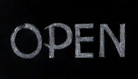 Schwarze hölzerne Tafel mit einem offenen Zeichen Lizenzfreies Stockfoto