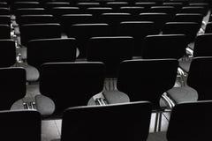 Schwarze Holzstühle in den Reihen lizenzfreies stockfoto