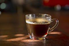 Schwarze Kaffeetasse auf dem Tisch Lizenzfreie Stockfotos