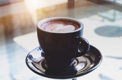 Schwarze Kaffeetasse auf dem Tisch stockfoto