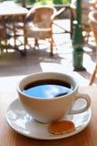 Schwarze Kaffeetasse mit Biskuit lizenzfreies stockfoto