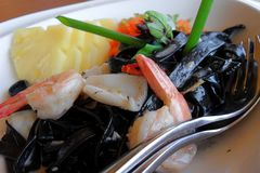 Schwarze Kalmartintenteigwaren mit Meeresfrüchten und Ananas Lizenzfreies Stockfoto
