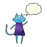 schwarze Katze der netten Karikatur, die mit Gedankenblase wellenartig bewegt Stockfotos