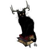 Schwarze Katze, die auf magischen Büchern sitzt lizenzfreie stockfotos
