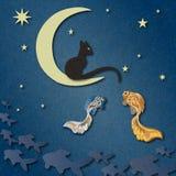Schwarze Katze sitzt auf Mond und fängt Fische unter sternenklarem Himmel Stockfotografie