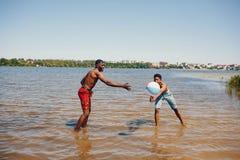 Schwarze Kerle in einem Sommerpark lizenzfreie stockbilder