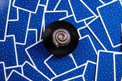 Schwarze Kerze auf ein Blau tarot Karten. Stockbilder