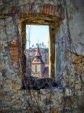 Schwarze Kirche von einem alten Wandfenster in Brasov Wie eine malende Ansicht der schwarzen Kirche stockfoto