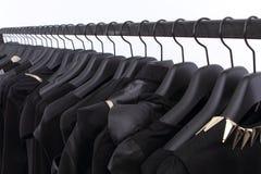 Schwarze Kleidung auf Regal Lizenzfreie Stockbilder