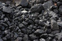 Schwarze Kohle auf einem Schlackenhaufen Stockbilder