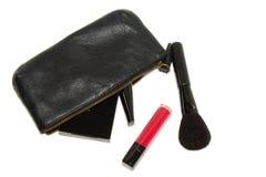 Schwarze Kosmetiktasche und verschiedene kosmetische Produkte auf weißem Hintergrund mit weichen Schatten stockbilder