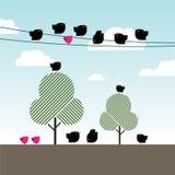 Schwarze Krähen und magentarote Vögel auf Stromleitungen Lizenzfreie Stockfotos