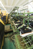 Schwarze Lackschuhe auf dem Förderer der Schuhfabrik Lizenzfreie Stockbilder