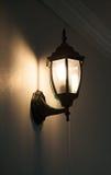 Schwarze Lampe der Wand hellgelb Stockfotografie
