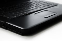 Schwarze Laptopberührungsfläche auf weißem Hintergrund stockbild