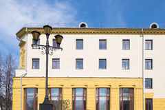 Schwarze Laterne auf einem Hintergrund des gelben Hauses Lizenzfreies Stockfoto