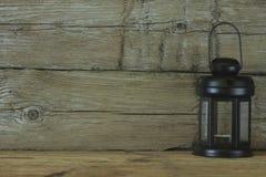 Schwarze Laterne auf einem Hintergrund von alten hölzernen Brettern Abstraktion Lizenzfreie Stockfotos