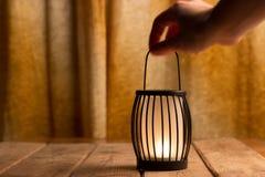 Schwarze Laterne mit einer Kerze Lizenzfreies Stockfoto