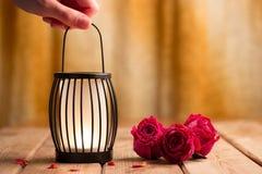 Schwarze Laterne mit einer Kerze Stockbild