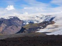 Schwarze Lavafelder des Vulkans und des Gletschers Eyjafjallajokull lizenzfreies stockfoto