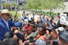 Schwarze Lebenangelegenheit Protestors, die während des Marsches auf Rathaus sprechen Stockfoto