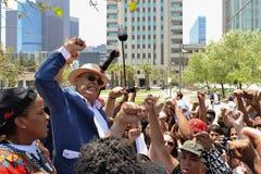 Schwarze Lebenangelegenheit Protestors setzten ihre Fäuste in die Luft als Si ein Stockfoto