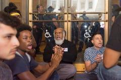 Schwarze Lebenangelegenheit Protestors sitzen vor einem Eingang von Th Lizenzfreie Stockfotos