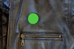 Schwarze Lederjacke mit Stiftausweis Lizenzfreies Stockbild