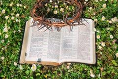 Schwarze lederne Bibel- und Dornenkrone Stockbilder