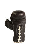 Schwarze lederne Boxerhandschuhsenkrechte lokalisiert auf weißem Hintergrund Stockbilder