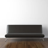 Schwarze lederne Couch auf Weiß Stockfotografie