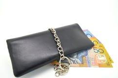 Schwarze lederne Geldbörse mit Verriegelung und irgendeiner Banknote Lizenzfreies Stockfoto