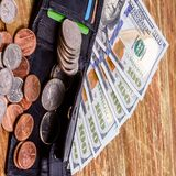 Schwarze lederne Geldbörse oben zu den Banknoten und zu den Münzen US Finanzba Lizenzfreies Stockfoto