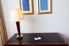 Schwarze lederne Tabelle mit elektrischer Lampe Stockfotos