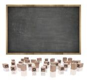 Schwarze leere Tafel mit Holzrahmen und Block Stockfotos