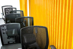 Schwarze Lehnsessel im Konferenzzimmer Stockfotos