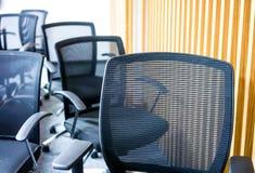 Schwarze Lehnsessel im Konferenzzimmer Stockbild