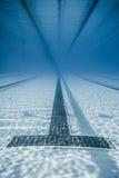 Schwarze Linie Anfänge und Korridor eines olympischen Pools Stockfoto